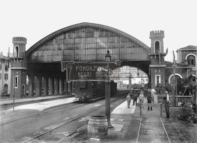 Stazione ferroviaria con copertura vagoni e gente