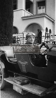 Auto OM 467 di Gabriele D'Annunzio con autista alla guida